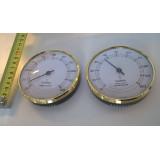 Bastutermometer och Hygrometer på vitt bord med måttband
