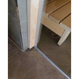 Glasvägg till bastu, detalj vid vägg och golv