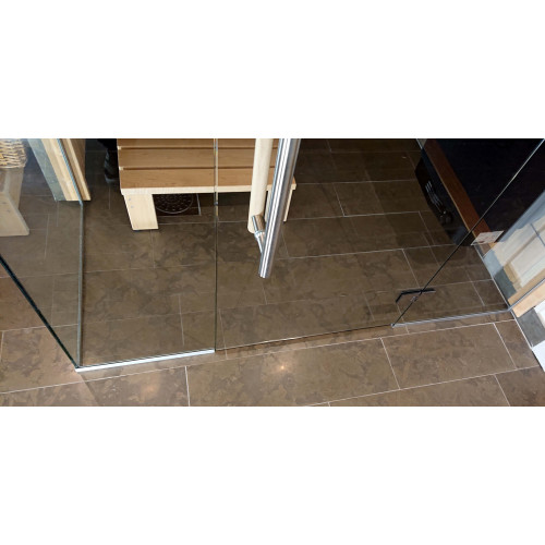 Naturanodiserad alu profil mot golv och vägg i bastu