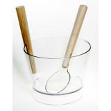 Plaststäva med skopa. Snygg genom stram enkelhet, kan användas som skål att servera bål